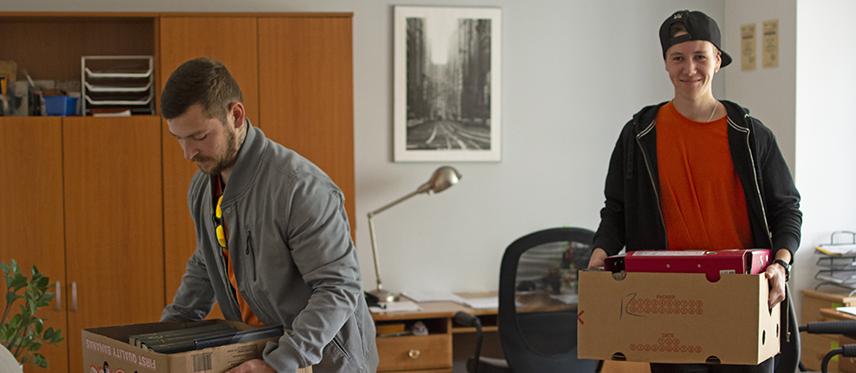 zápůjčka krabic na stěhování přenášení krabic stěhování kanceláře knihy dokumentace kluci stěhují krabice z kanceláře